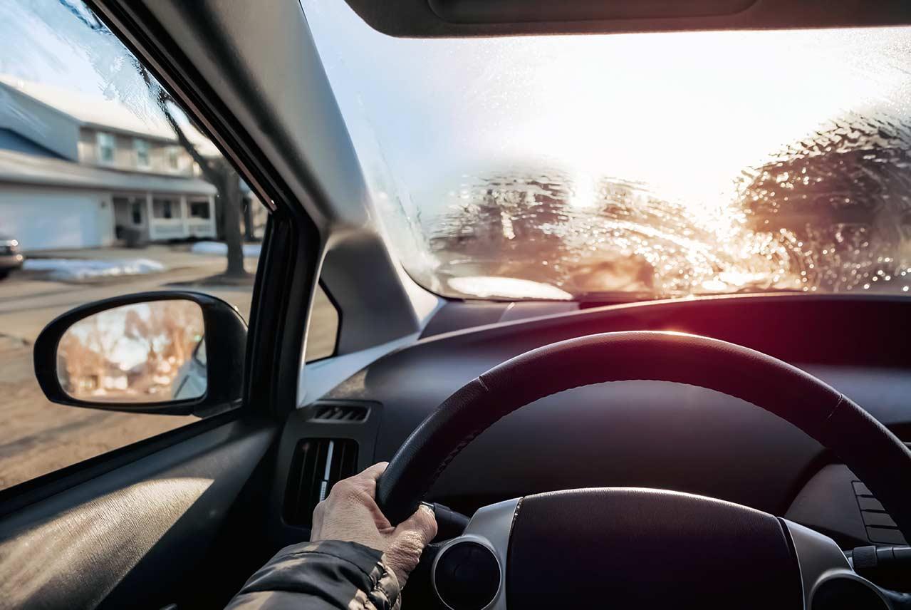 Conduciendo con el parabrisas helado y poca visibilidad en el coche. Esto supone un peligro en la carretera y puede ser motivo de multa según la ley