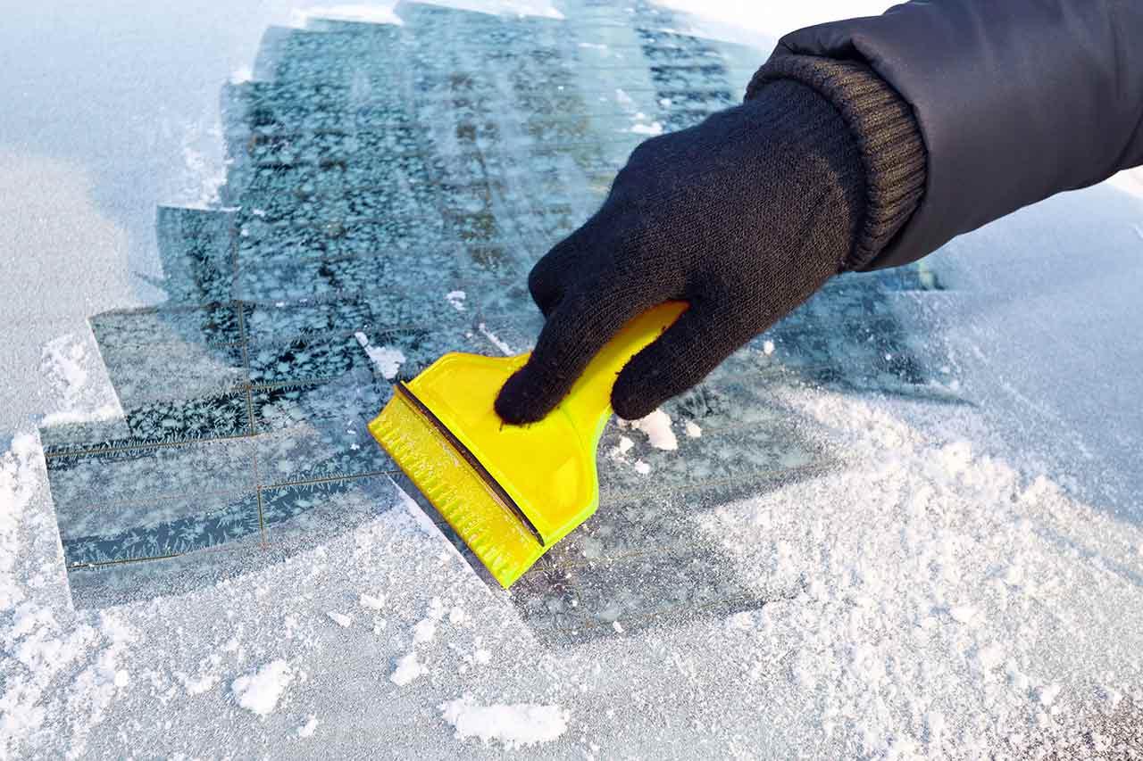 Quitando el hielo del parabrisas con una pala