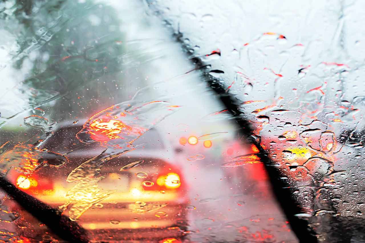 Parabrisas con poca visibilidad sin tratamiento antilluvia durante una tormenta