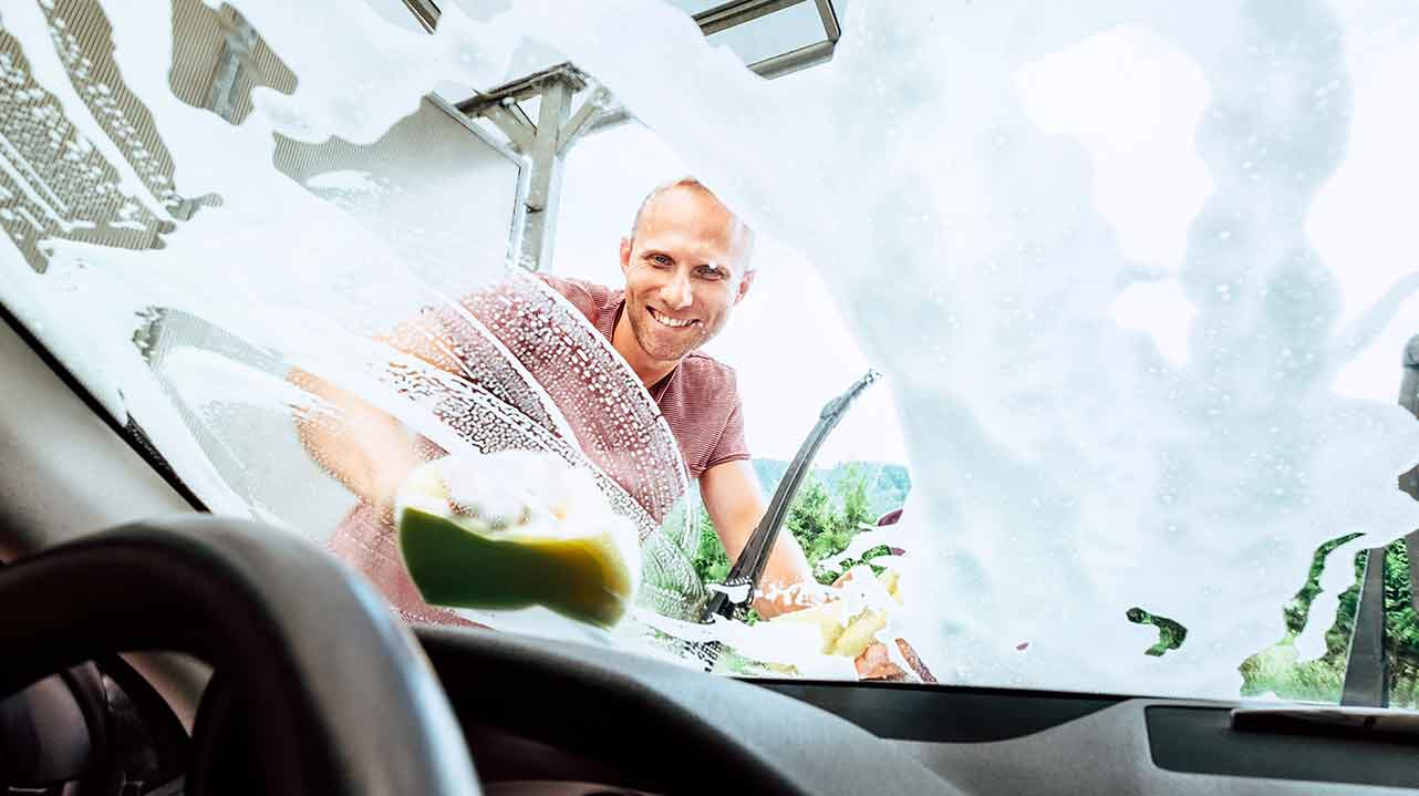 Limpiando el parabrisas y las lunas del coche de forma segura con jabón