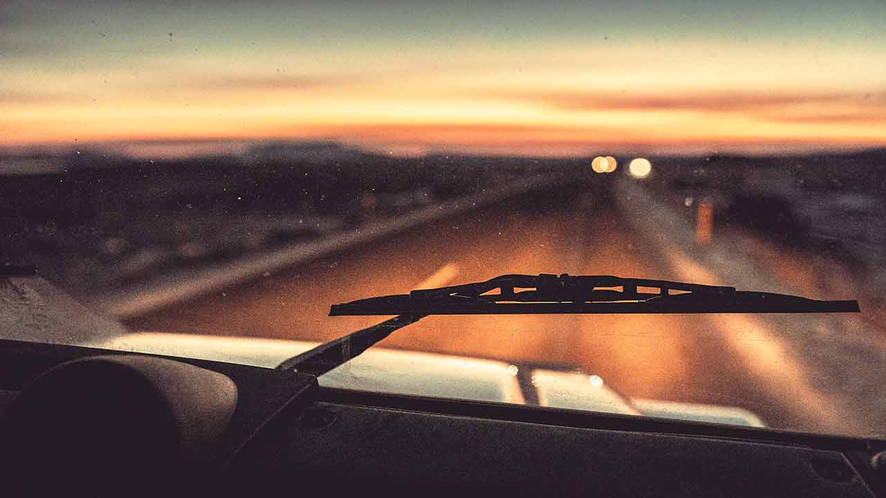 Escobillas limpiaparabrisas nuevas actuando en condiciones de baja visibilidad en carretera